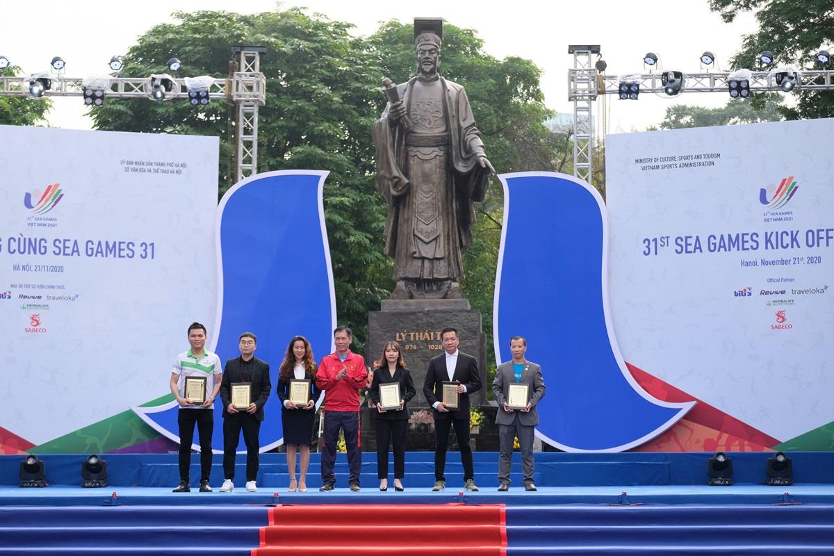 Ông Trương Đức Lợi (ngoài cùng bên phải) - đại diện Traveloka lên nhận kỷ niệm chương từ ban tổ chức.