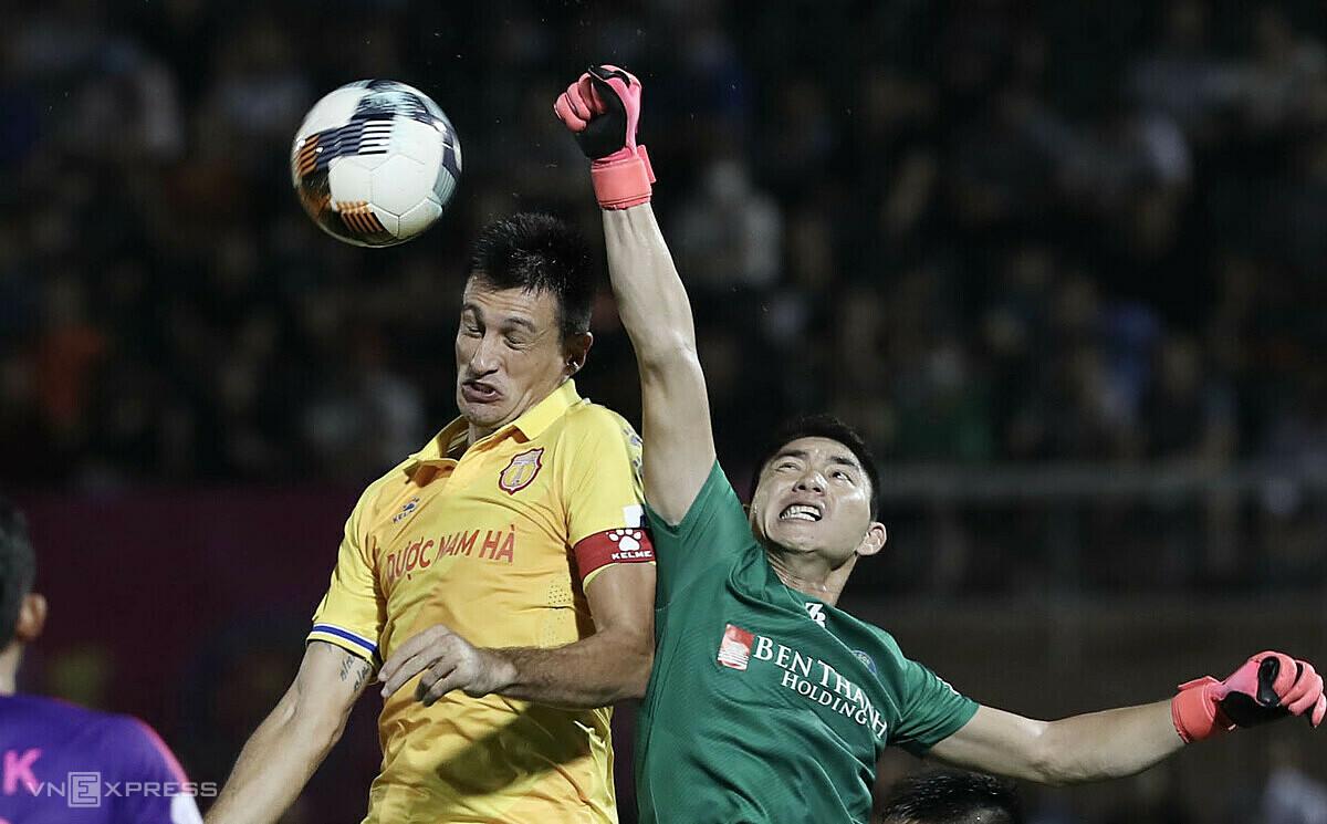 Tiền đạo Đỗ Merlo sẽ là đồng đội của thủ môn Phạm Văn Phong trong màu áo Sài Gòn FC ở mùa giải tới. Ảnh: Đức Đồng.
