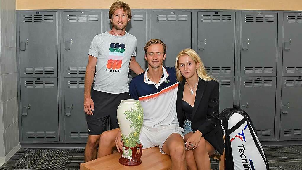 Medvedev bên HLV và vợ sau khi vô địch Cincinnati 2019. Ảnh: ATP.