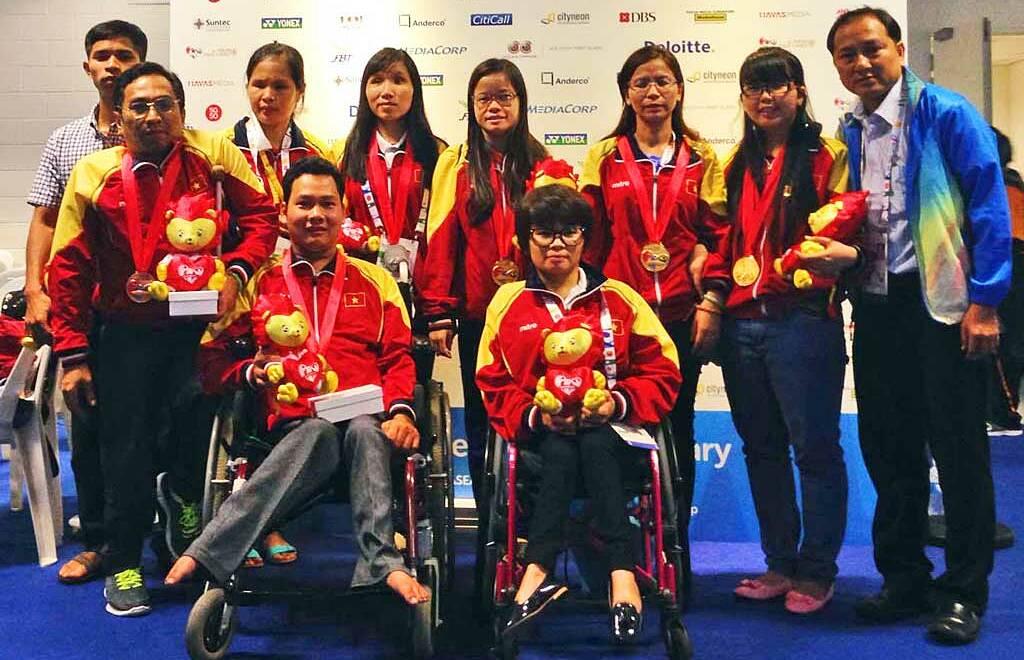 Văn Quân (ngồi trái) và Bích Thủy (ngồi phải) tại ASEAN Para Games 2015. Ảnh: Vietnamchess