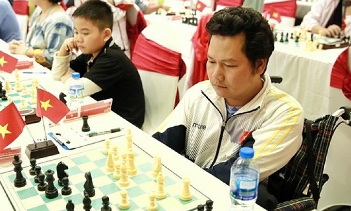 Văn Quân (phải) thi đấu tại giải cờ vua quốc tế HDBank 2018, ở Hà Nội. Ảnh: HDBank