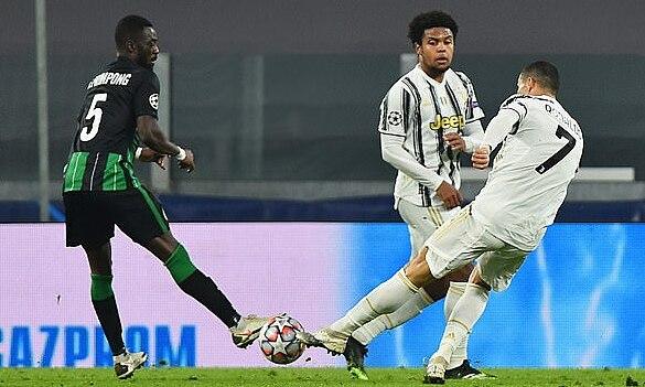 Tình huống Ronaldo (phải) sút xa gỡ hòa 1-1. Ảnh: Reuters