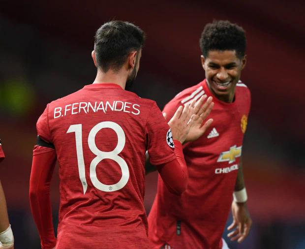 Rashford (phải) được Fernandes nhường đá phạt đền tối 24/11 và ghi bàn. Ảnh: News Group.