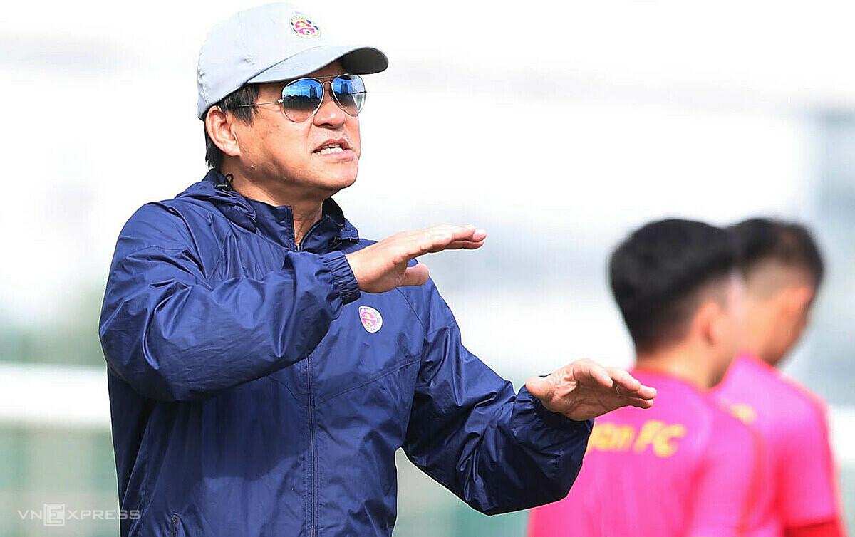 Coach Vu Tien Thanh แบ่งปันกับ VnExpress ในการฝึกซ้อมครั้งแรกของ Saigon FC ในวันที่ 25 พฤศจิกายนเพื่อเตรียมพร้อมสำหรับฤดูกาลใหม่  ภาพ: Duc Dong