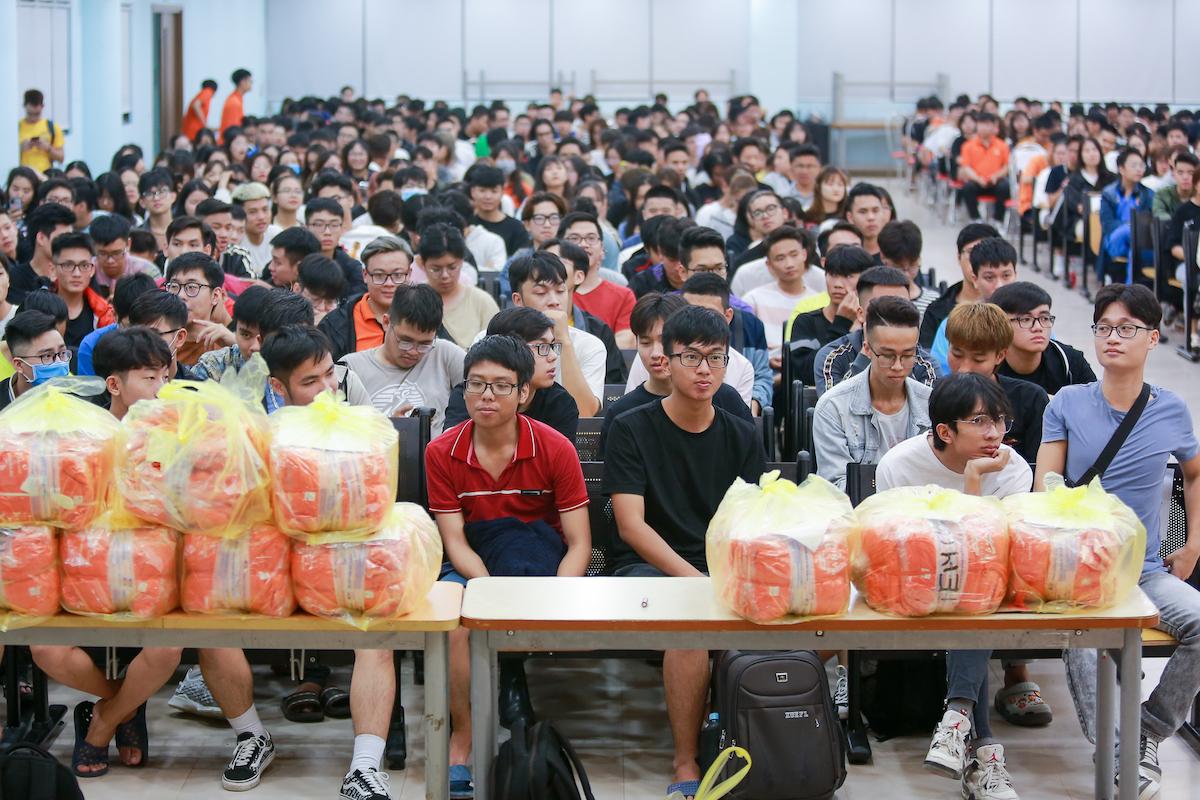 Gần 1.000 tình nguyện viên của đại học FPT tham gia buổi tập huấn cùng ban tổ chức giải chạy VM Hà Nội Midnight