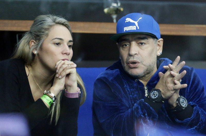 Maradona และ Oliva คนรักของเธอในขณะที่ยังหลงใหล  ภาพ: AP.