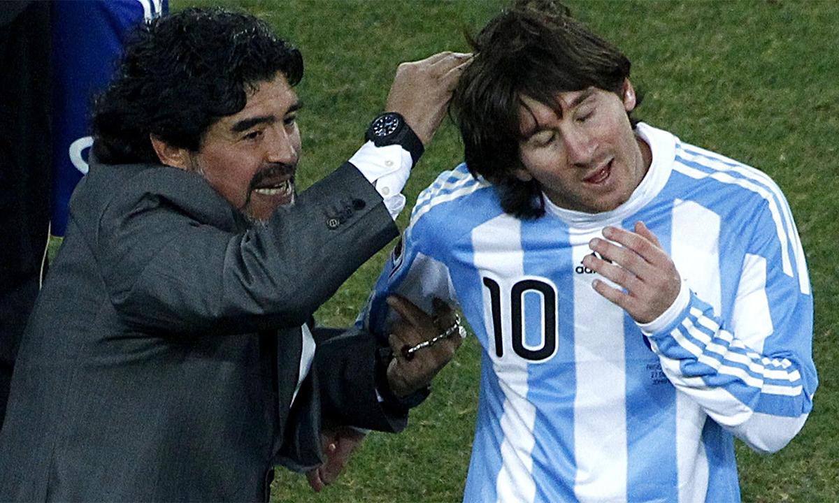 มาราโดน่าร่วมแสดงความยินดีกับเมสซี่หลังจากที่นักเรียนทำประตูได้ในฟุตบอลโลก 2010 ภาพ: รอยเตอร์