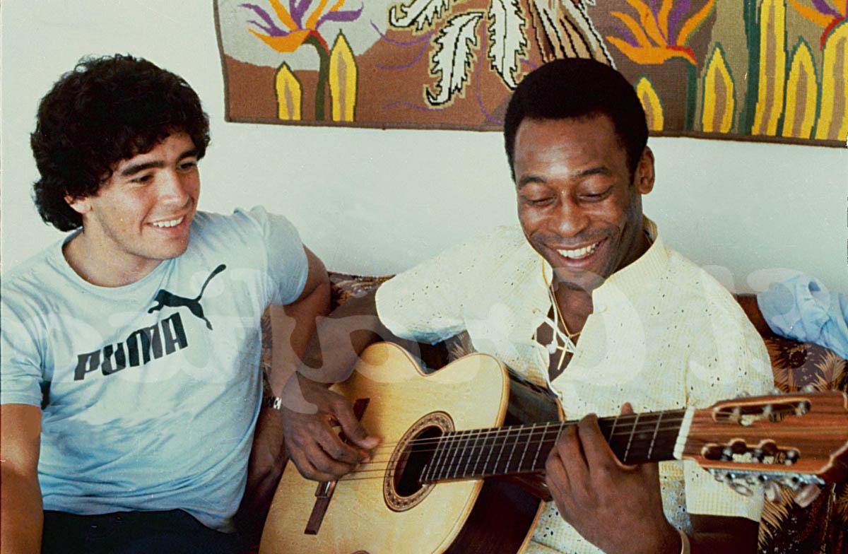 Maradona (trái) và Pele được xem là hai trong số những cầu thủ vĩ đại nhất lịch sử.