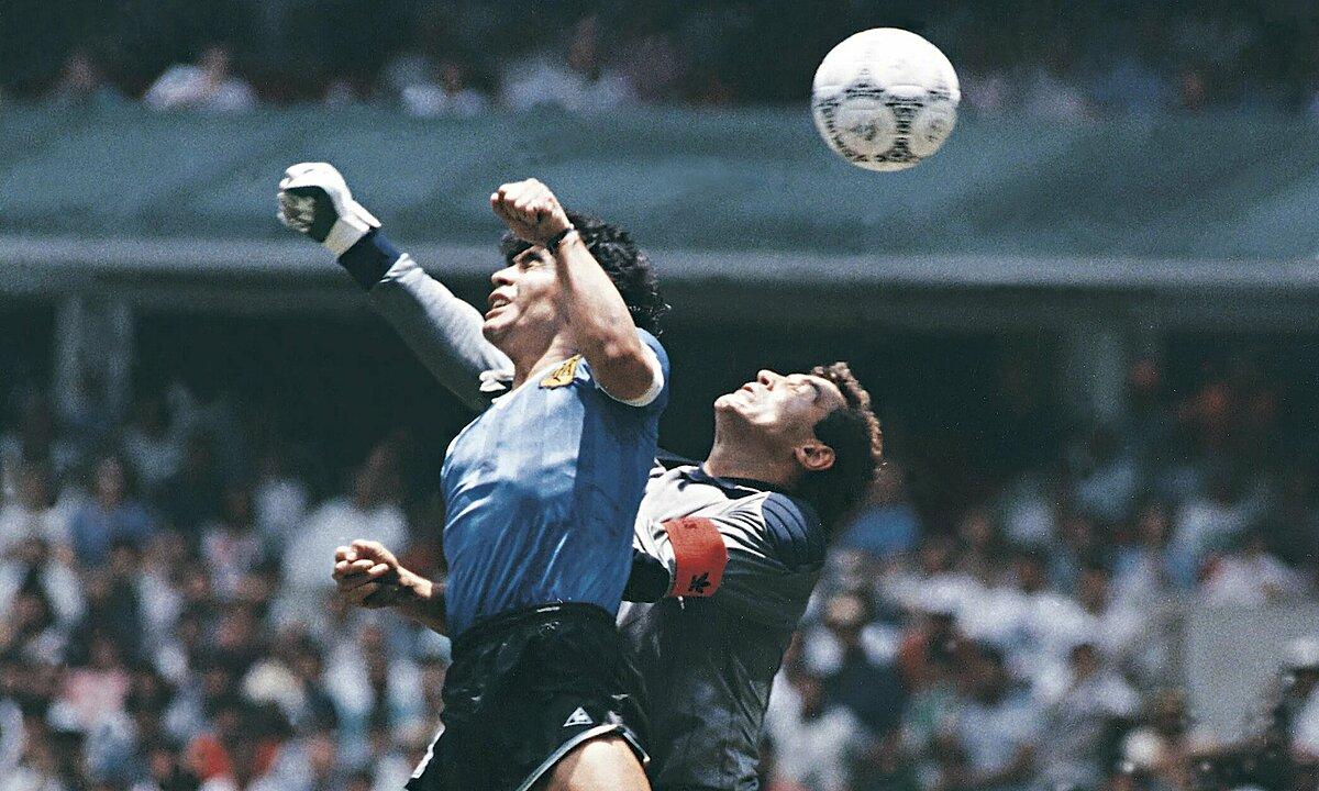 Bàn thẳng bằng tay của Maradona vào lưới thủ môn Peter Shilton, trận gặp Anh ở World Cup 1986. Ảnh: Leon Yearwood