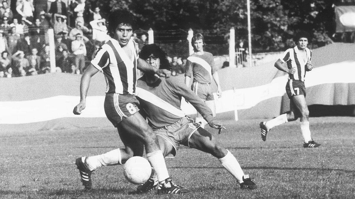 Maradona (trái) trong một trận đấu của Argentinos Juniors năm 1976. Ảnh: Leon Yearwood