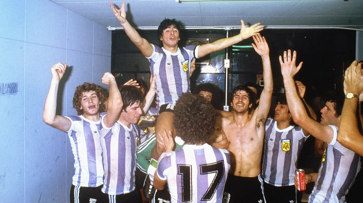 Maradona được đồng đội cõng lên vai sau chức vô địch U20 thế giới năm 1979. Ảnh: Leon Yearwood