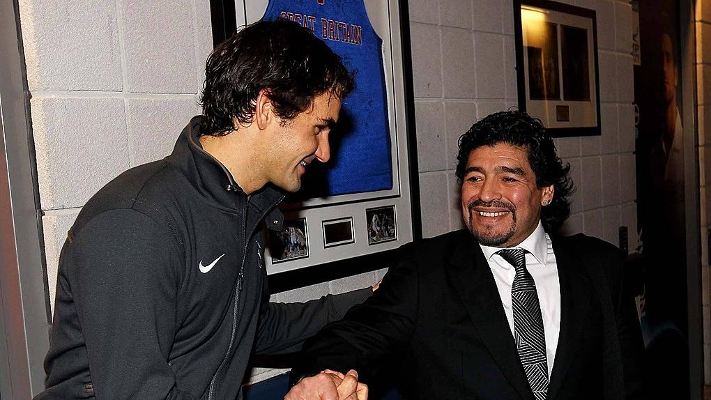 Maradona là người yêu quần vợt và thường tới sân cổ vũ những tay vợt lớn như Federer khi sức khỏe cho phép. Ảnh: ATP.