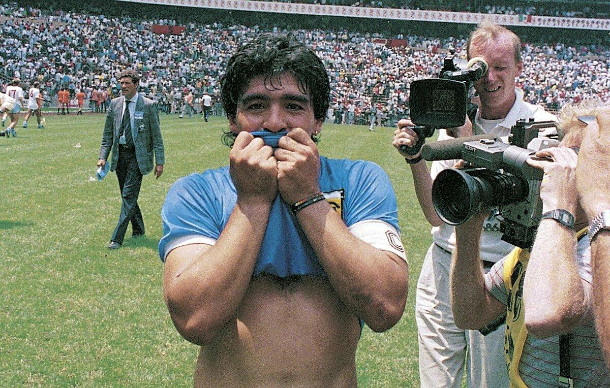 Maradona mừng chiến thắng 2-1 trước đội tuyển Anh ở tứ kết World Cup 1986. Ảnh: Leon Yearwood