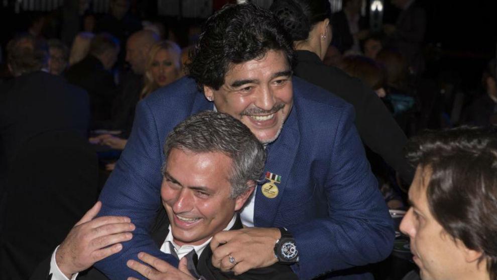 มูรินโญ่และมาราโดน่ามีความสัมพันธ์ใกล้ชิดกันมาหลายปี  ภาพ: Marca