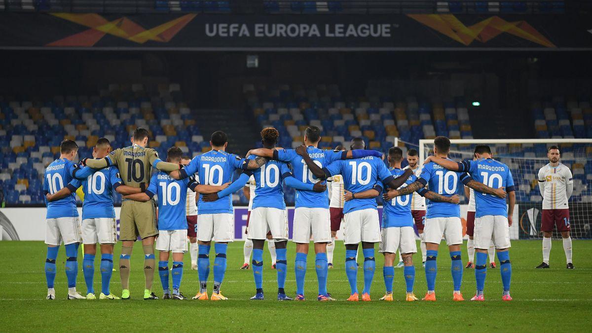 Các cầu thủ Napoli mặc áo số 10 của Maradona. Ảnh: AFP.