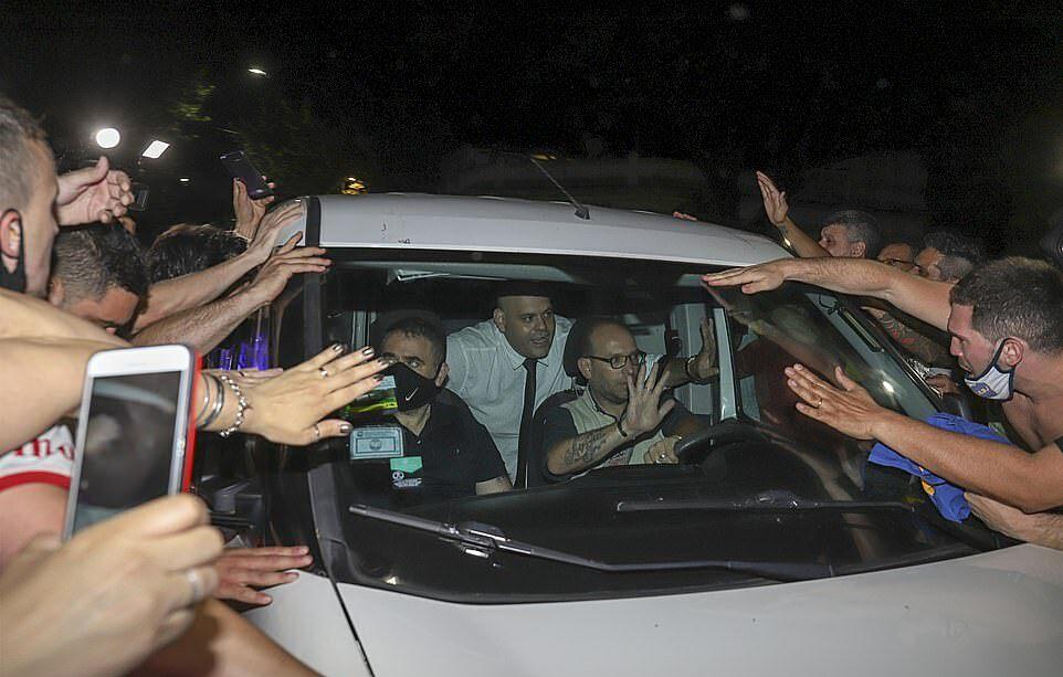 Molina (áo trắng) ngồi trong chiếc xe chở thi hài Maradona. Ảnh: Daily Mail.