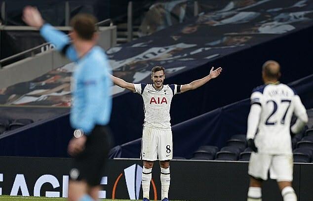 Harry Winks mừng tuyệt phẩm từ gần giữa sân. Ảnh: AP.