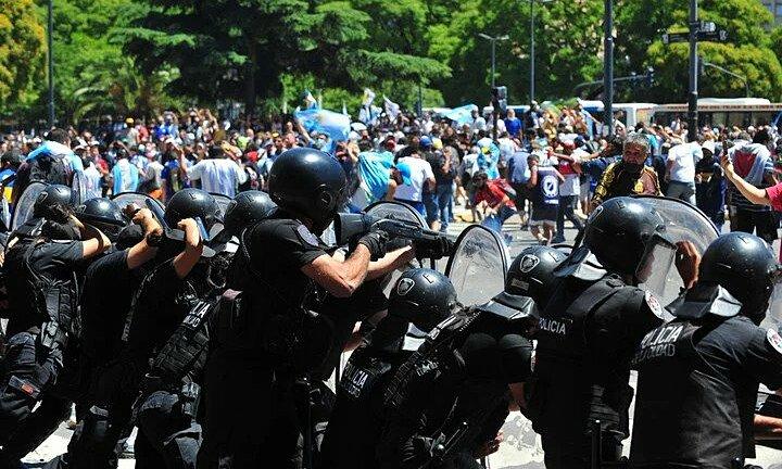 Cảnh sát trấn áp đám đông quá khích ở giao lộ Avenida de Mayo với Avenida 9 de Julio, Buenos Aires chiều 26/11. Ảnh: Clarin