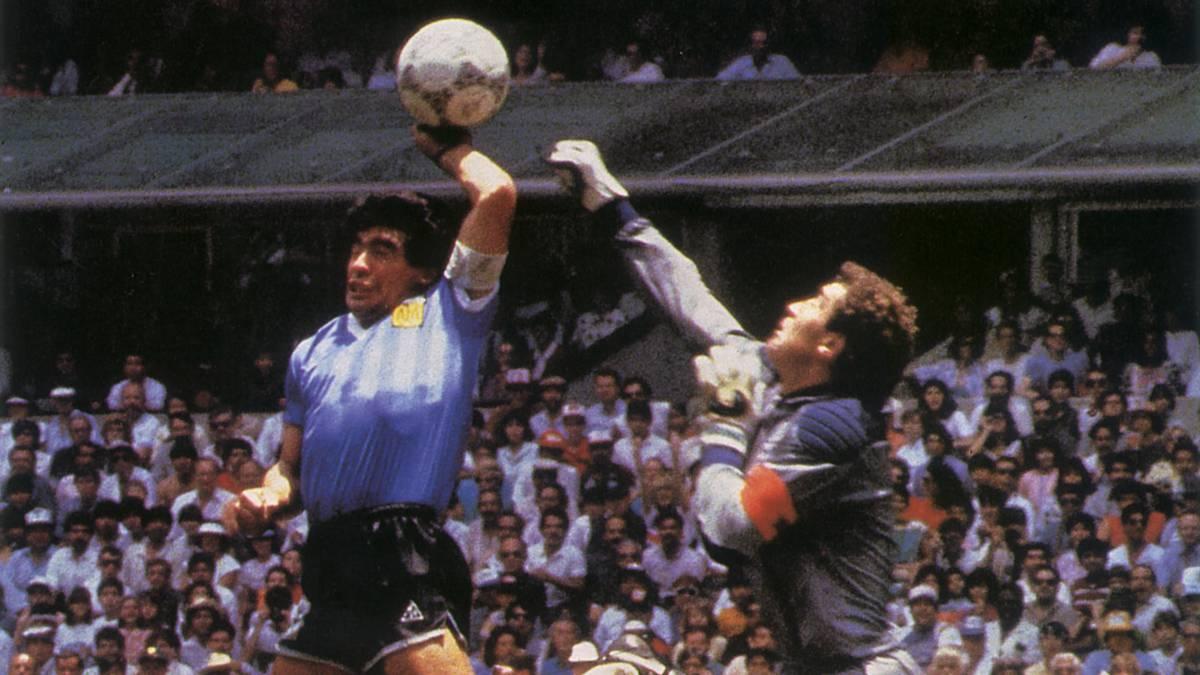 Maradona lập công bằng Bàn tay của Chúa. Ảnh: Reuters.
