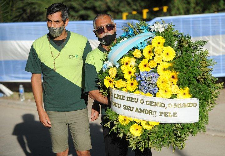 Một vòng hoa, đề người gửi từ Pele, có nội dung: Chúa cho bạn thiên tài, thế giới cho bạn tình yêu. Ảnh: Ole.