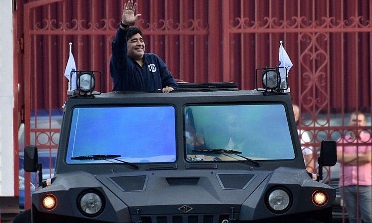 Maradona trên chiếc xe tải địa hình của ông. Ảnh: Techzle.