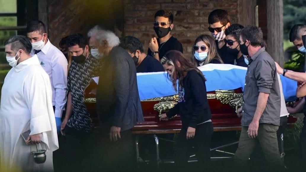 Vợ con cùng người thân đưa Maradona vào nghĩa trang Bella Vista hôm 26/11. Ảnh: TYC