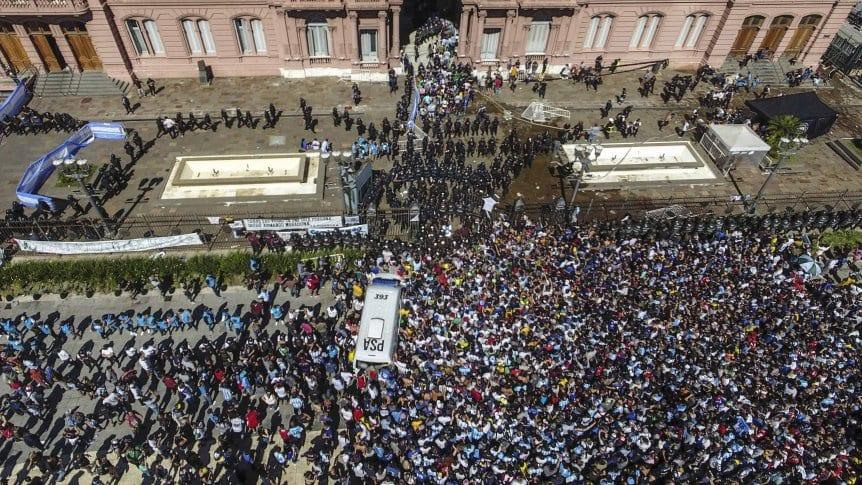 ฝูงชนแห่หน้าทำเนียบประธานาธิบดีอาร์เจนตินาซึ่งเป็นสถานที่เยี่ยมชมมาราโดนา  ภาพ: TyCsports