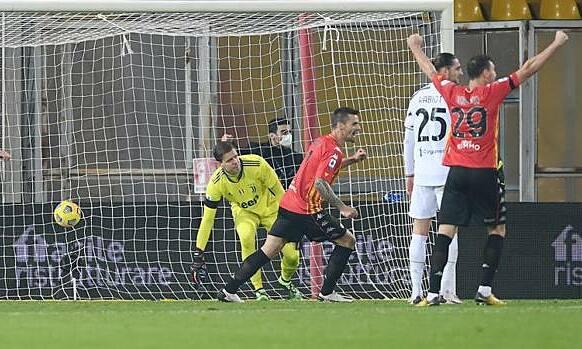 Juventus (áo trắng) rơi khỏi top 4. Ảnh: Gazzetta