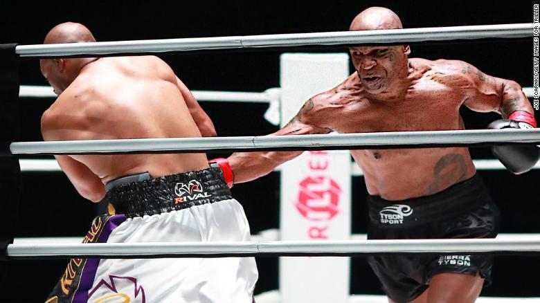 Mike Tyson (phải) tung đòn vào Roy Jones Jr. Ảnh: EPA.
