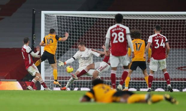 Podence (số 10) ghi bàn nâng tỷ số lên 2-1 cho Wolves. Ảnh: Reuters.