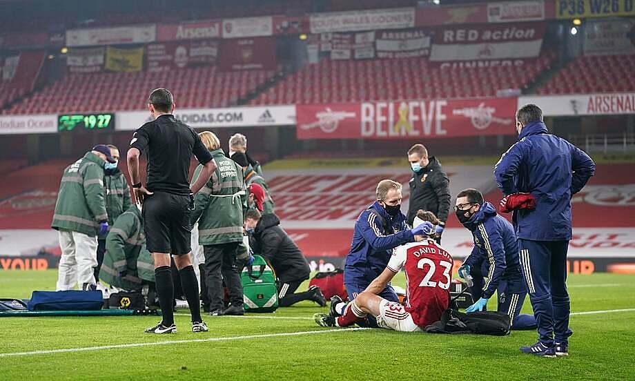 Trận đấu gián đoạn chừng 10 phút sau pha va chạm bằng đầu giữa Luiz và Jimenez. Ảnh: Reuters.