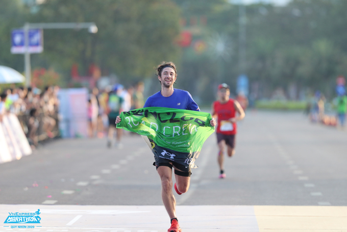 The running tournaments of VnExpress Marathon attract domestic and foreign runners.  Photo: VnExpress Quy Nhon Marathon.