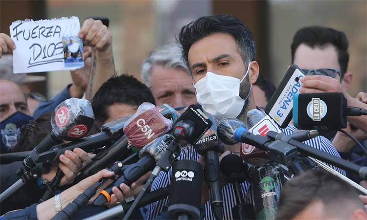 Bác sĩ Luque nhận được sự quan tâm lớn từ truyền thông sau cái chết của Maradona. Ảnh: Nacion