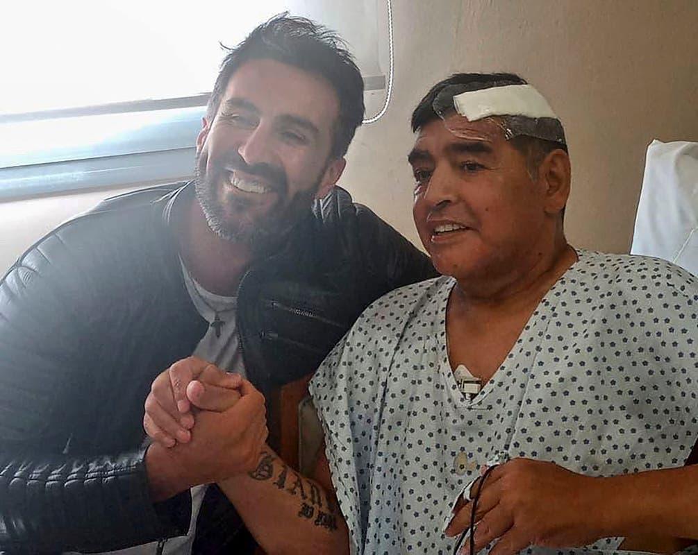 Bác sĩ Luque chụp ảnh với Maradona sau ca phẫu thuật xử lý máu đông hai tuần trước khi huyền thoại bóng đá Argentina qua đời. Ảnh: Twitter / Leopoldo Luque