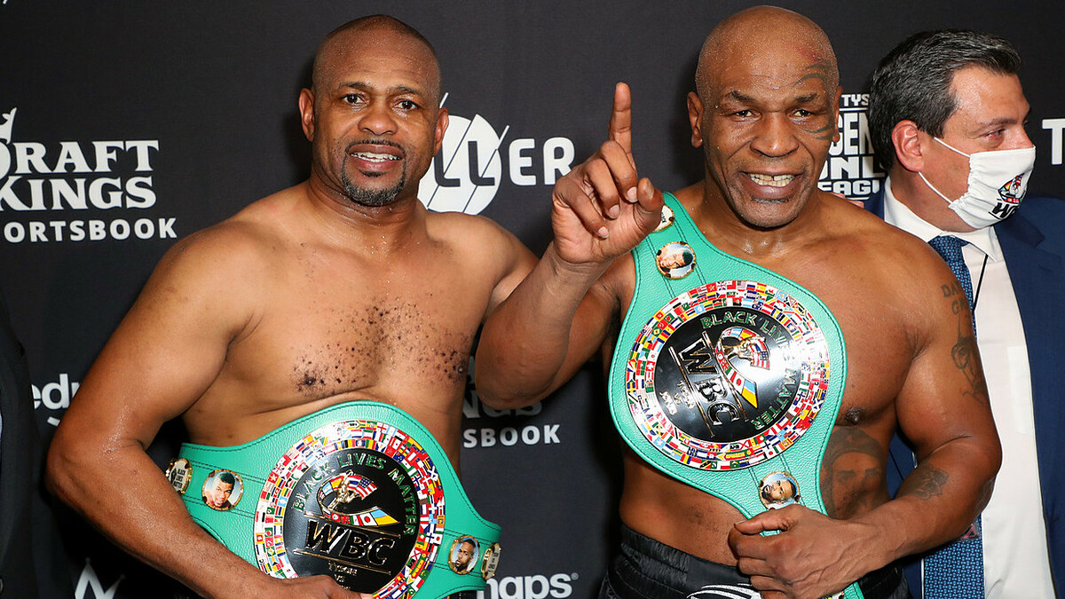 Mike Tyson (right) was awarded the WBC commemorative belt after his performance with Roy Jones Jr.  Photo: USA Today.