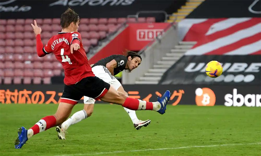 Cavani bay người đánh đầu ấn định thắng lợi 3-2 cho Man Utd trước Southampton hôm 29/11. Tiền đạo người Uruguay đã ghi ba bàn cho Man Utd qua năm lần góp mặt tại Ngoại hạng Anh mùa này. Ảnh: PA