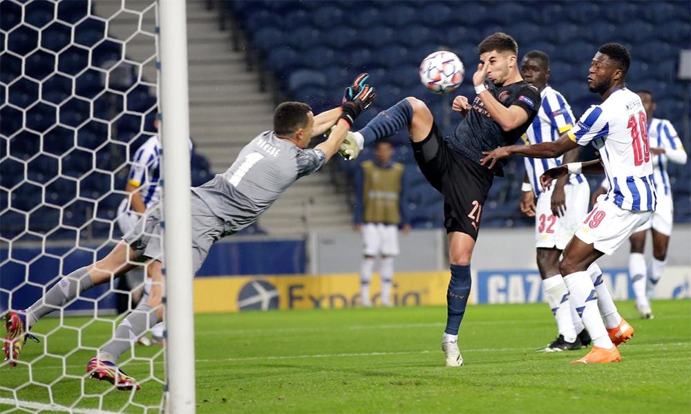 Ferran Torres trong một tình huống hỏng ăn khi đối mặt thủ môn Marchesin. Dứt điểm là vấn đề lớn nhất của Man City trên sân Dragao hôm 1/11. Ảnh: AP