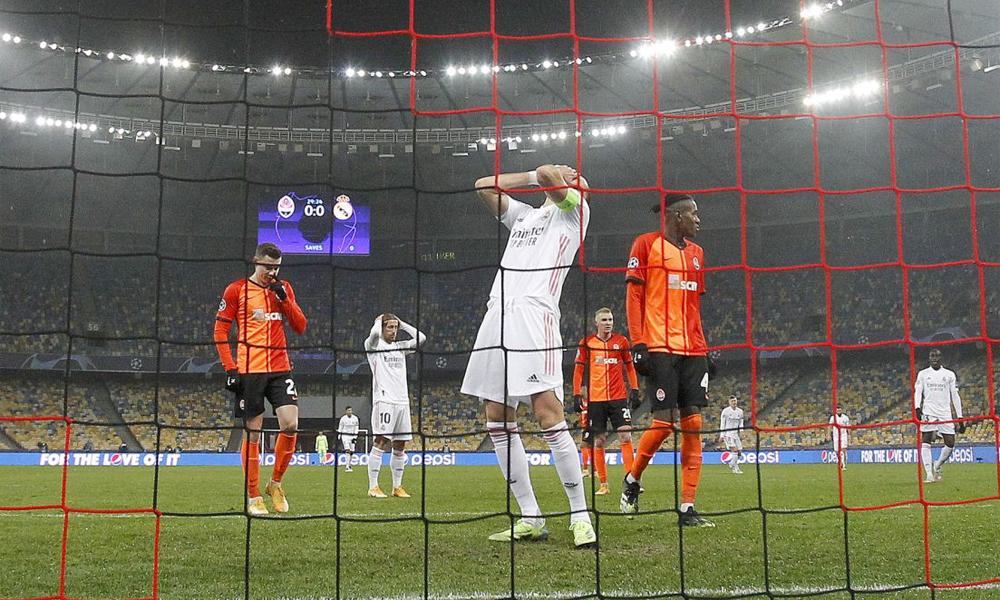 Benzema và Modric tiếc nuối sau một pha hỏng ăn trong trận thua Shakhtar. Hàng công cùn mòn càng khiến CĐV Real thêm nhớ Ronaldo - cỗ máy ghi bàn của đội trước đây. Ảnh: AS
