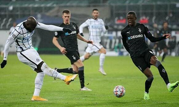 Lukaku (trái) ghi bàn nâng tỷ số lên 2-1. Ảnh: Gazzetta