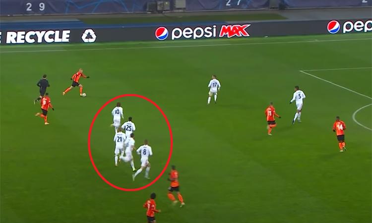 Kovalenko thoải mái dẫn bóng xuống rồi chuyền vào 16m50 Real ở phút 56.