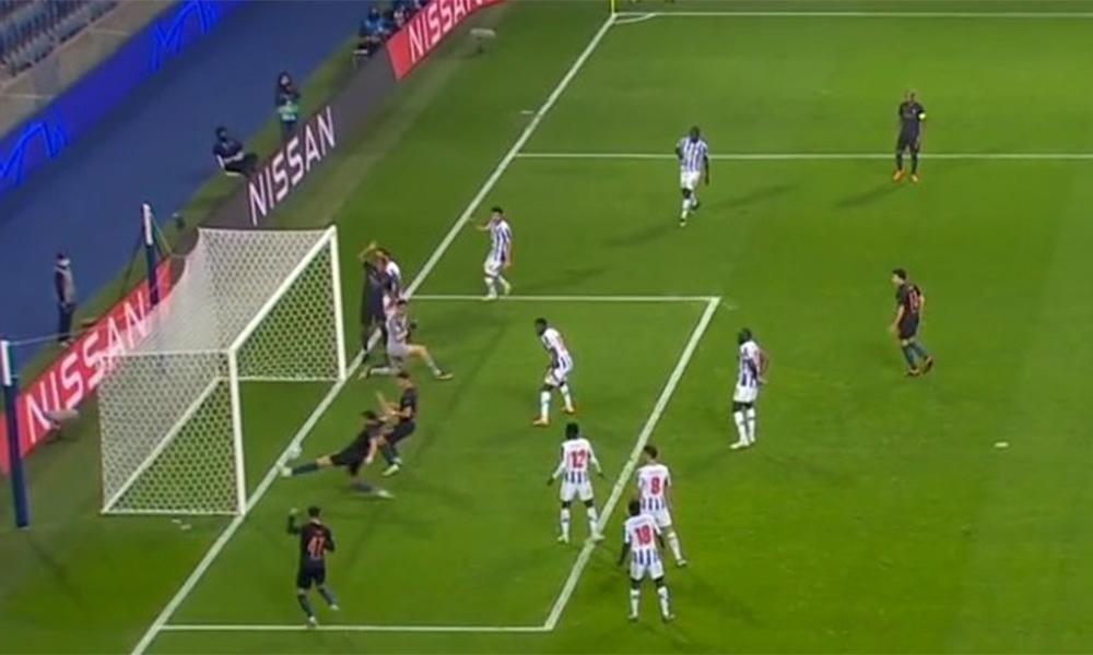 Dias trong tình huống móc bóng như cứu thua giúp Porto ở phút 70 trận đấu trên sân Dragao hôm 1/11. Ảnh chụp màn hình