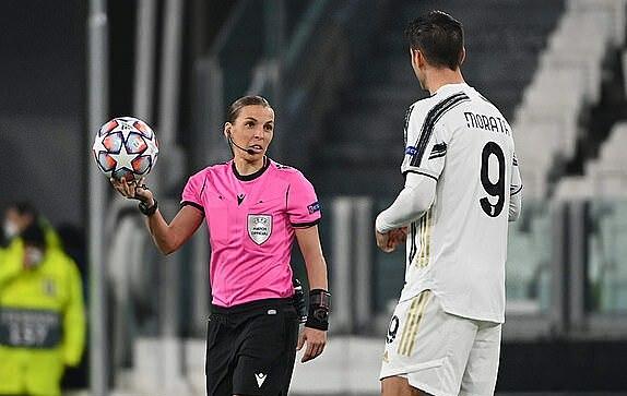 Nữ trọng tài Frappart điều khiển thành công trận đấu giữa Juventus và Dynamo Kiev. Ảnh: AFP.