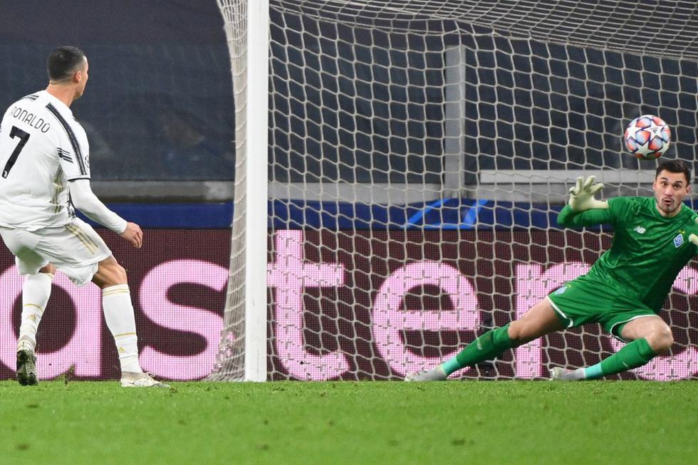 Ronaldo (trái) suýt lập cú đúp nhưng cú đặt lòng trong hiệp một của anh ở thế trống trải lại tìm đến xà ngang. Ảnh: AFP.