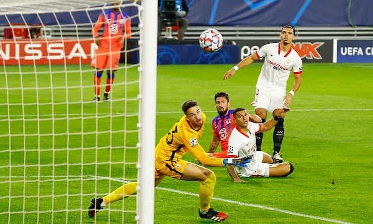Giroud xử lý gọn gàng, đầy kinh nghiệm khi ghi bàn mở tỷ số. Ảnh: Reuters.