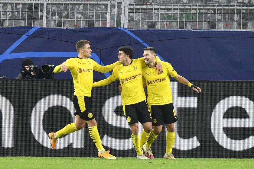 Guerreiro (phải) mừng bàn mở tỷ số với các đồng đội. Ảnh: AP.