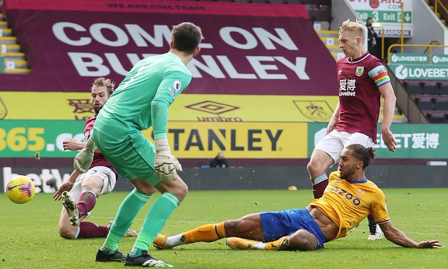 Pha đá nối cận thành này giúp Calvert-Lewin có bàn thứ 11 tại Ngoại hạng Anh mùa này, tiếp tục dẫn đầu danh sách Vua phá lưới. Ảnh: Sun