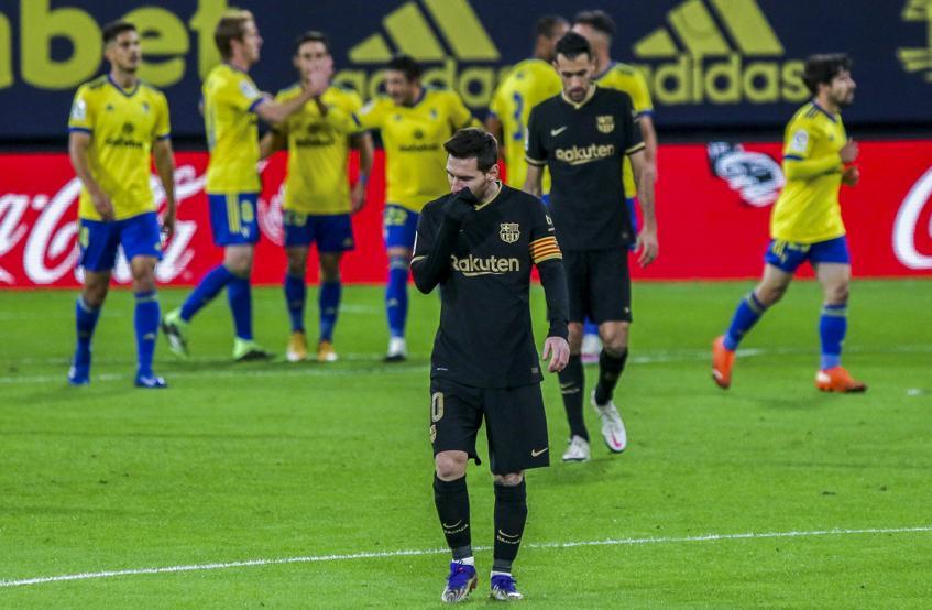 Messi thất vọng sau bàn thua đầu tiên của Barca. Ảnh: AP