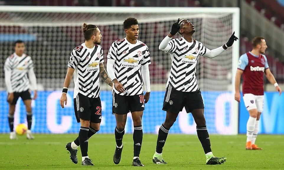 Pogba (phải) mừng bàn gỡ hòa cho Man Utd. Ảnh: Reuters.