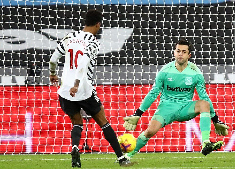 Rashford ấn định chiến thắng 3-1 sau pha dứt điểm hạ Fabianski. Ảnh: Reuters.