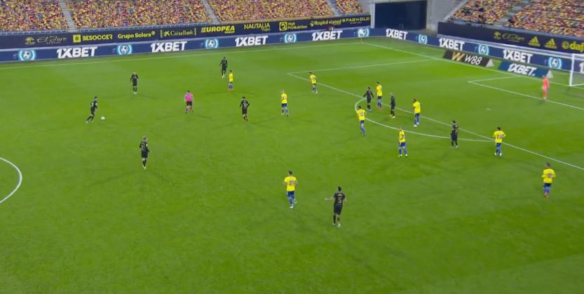 Cadiz rất nhiều lần lùi toàn bộ đội hình về một phần ba sân phía cầu môn của họ để phòng ngự, và chiến thuật này đã mang lại hiệu quả. Ảnh chụp màn hình
